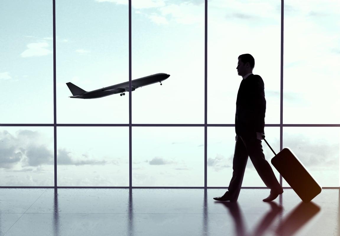 Un homme marchant vers la salle d'embarquement pour le voyage d'entreprise