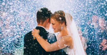 Des mariés qui dansent