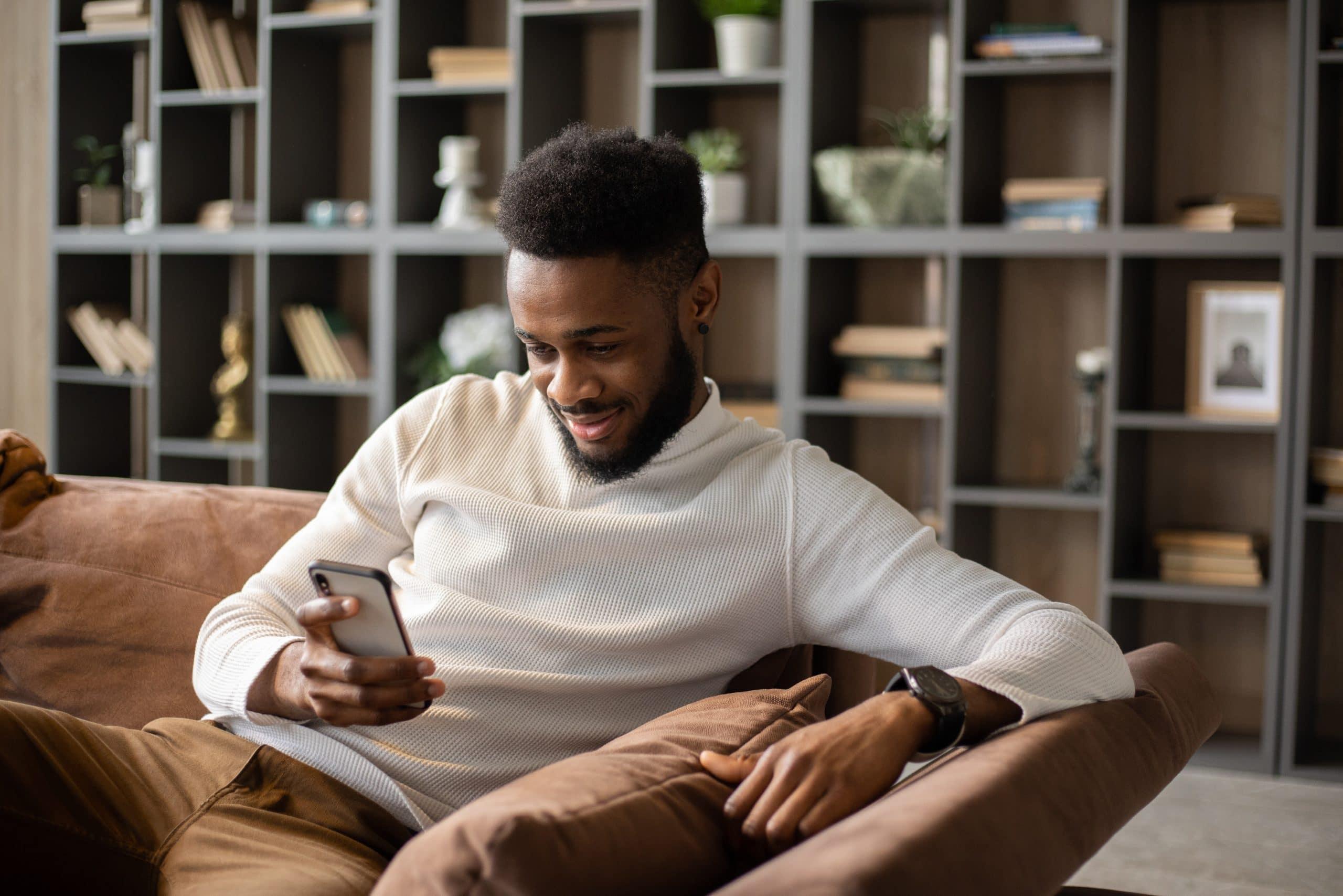 Un homme regarde un film sur smartphone