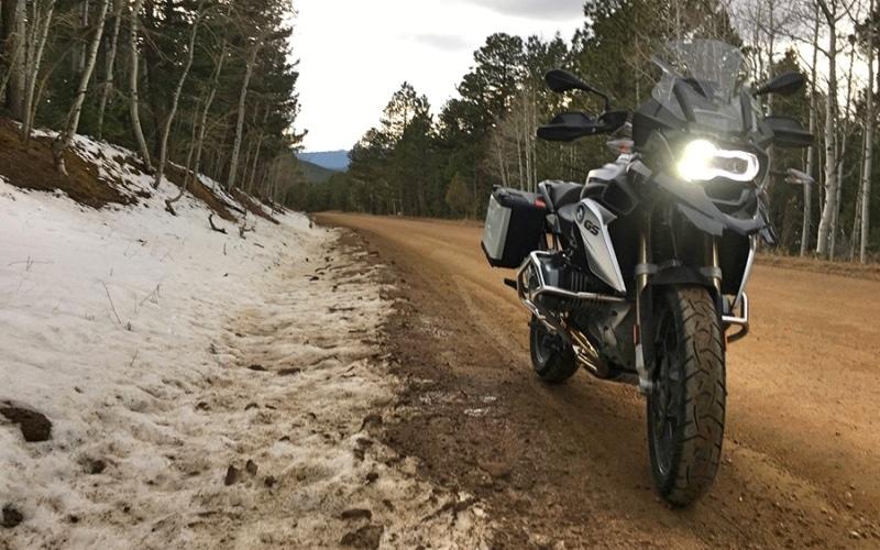 moto sur un chemin