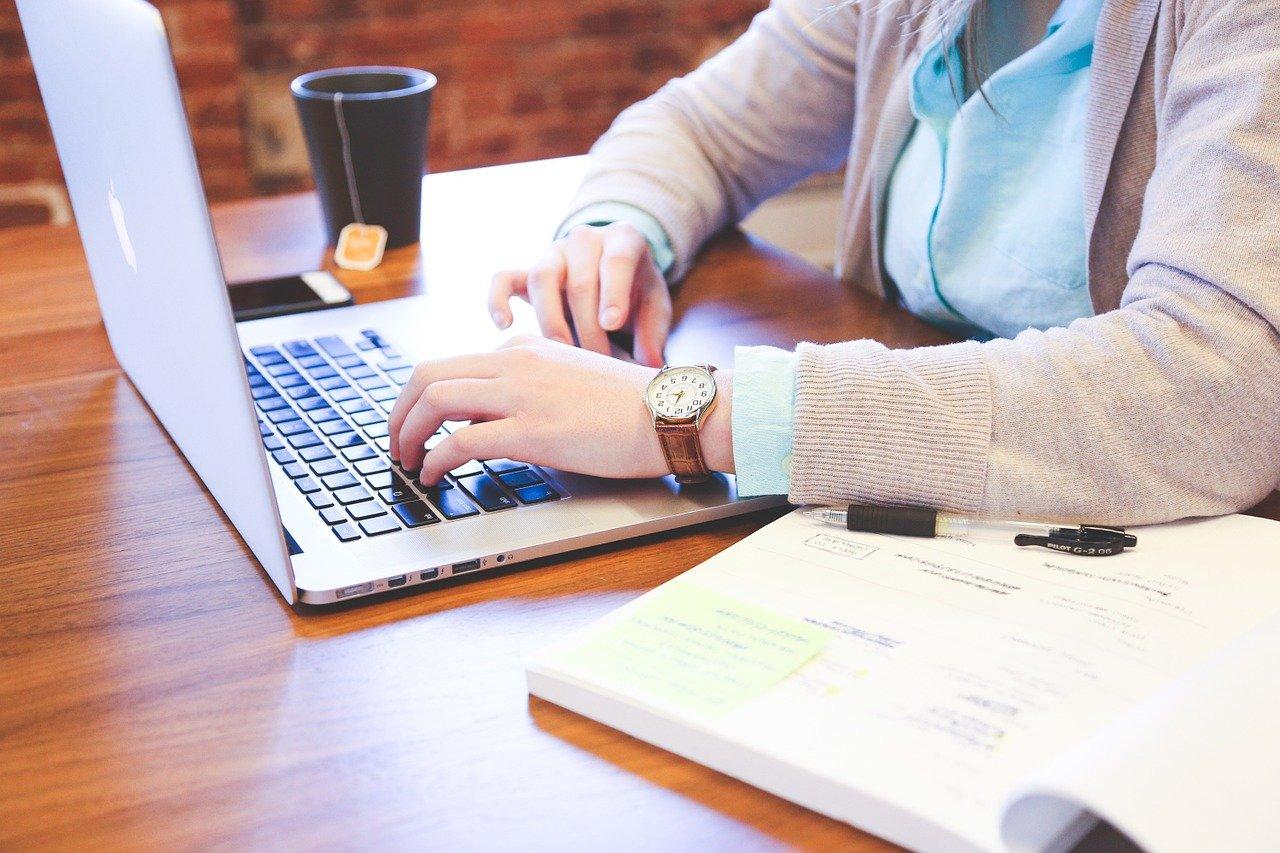 Un étudiant travaille sur l'ordinateur