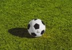 Un ballon de football sur du gazon